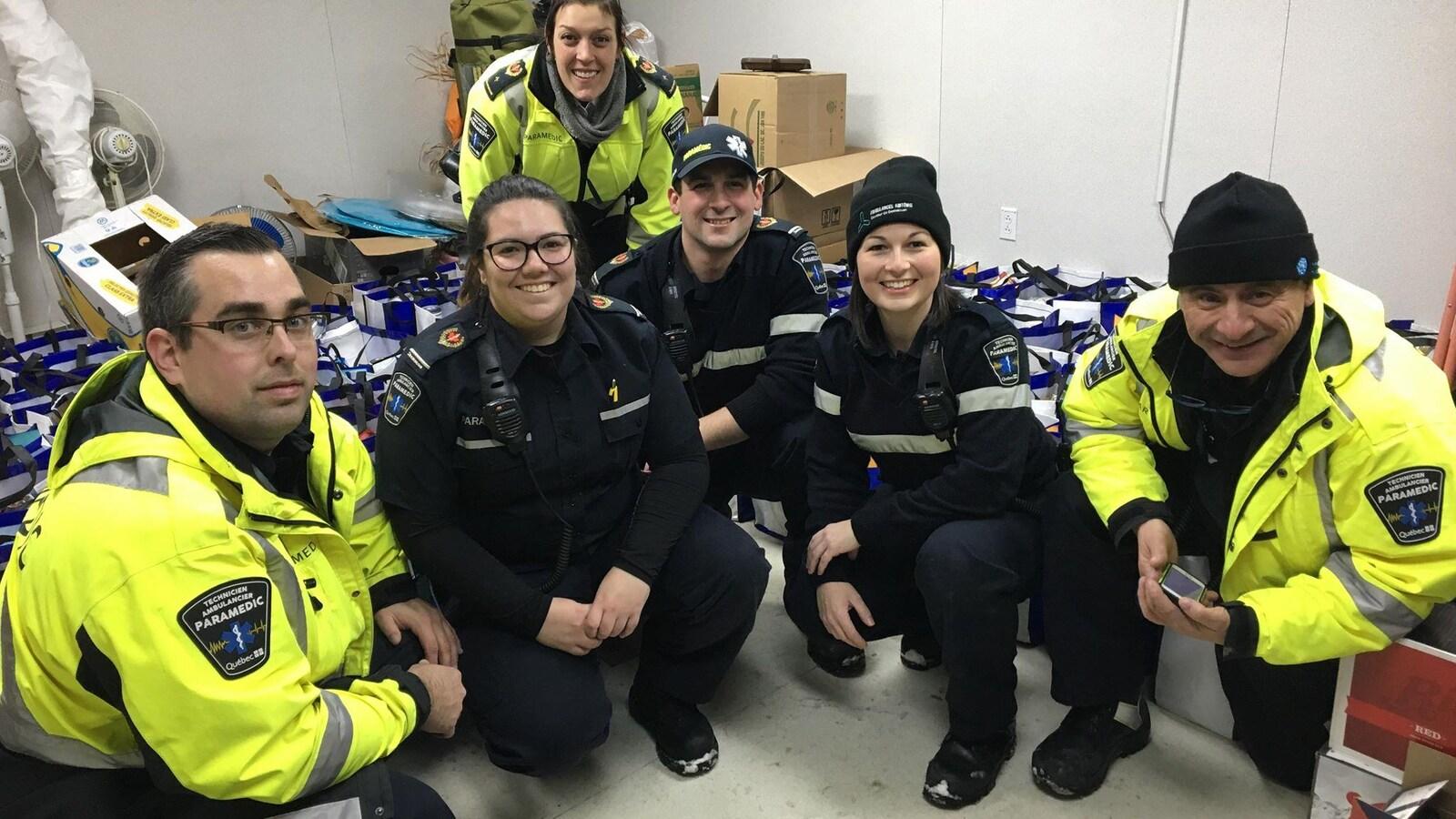 Les paramédicaux d'Ambulances Abitémis Dessercom devant les dizaines de paniers de Noël destinés à 50 familles.