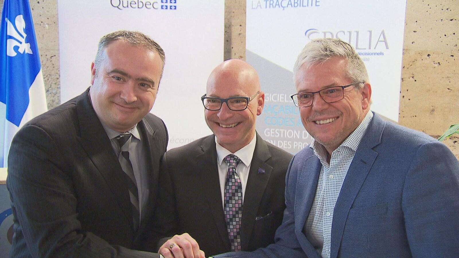 Guillaume Parenteau (à gauche), dg de Pluritag, le député de Trois-Rivières, Jean-Denis Girard (au centre), et Alain Lemieux, pdg d'Epsilia (à droite.)