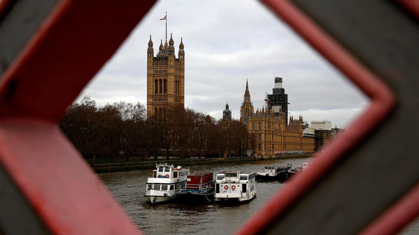 Une vue de loin du Parlement britannique.