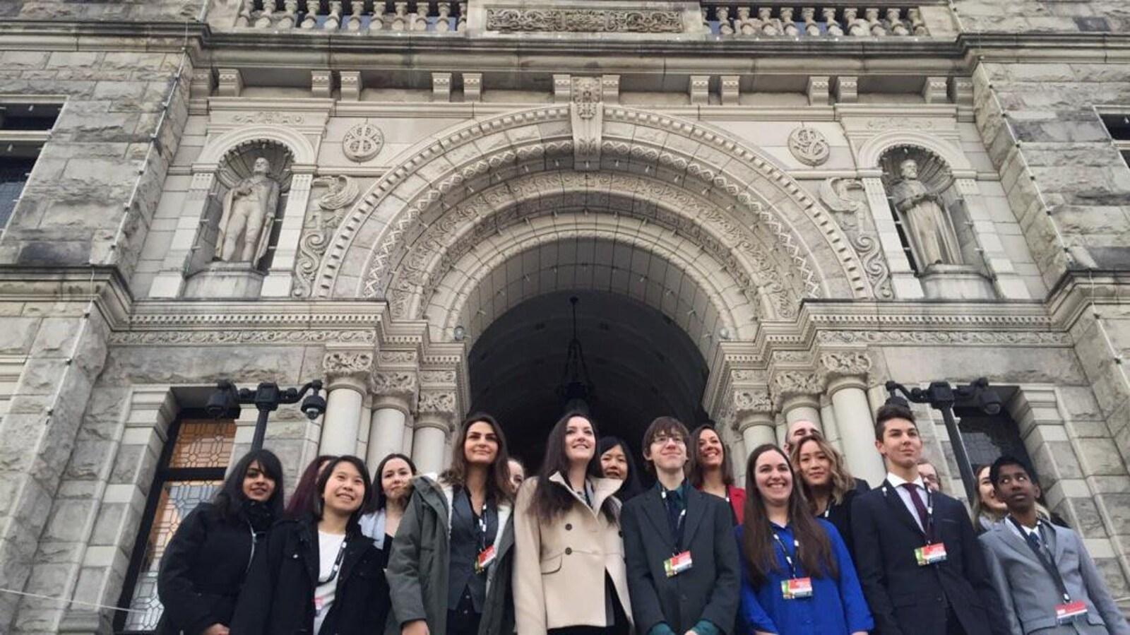 Des participants au Parlement jeunesse francophone de la Colombie-Britannique devant l'assemblée législative à Victoria.