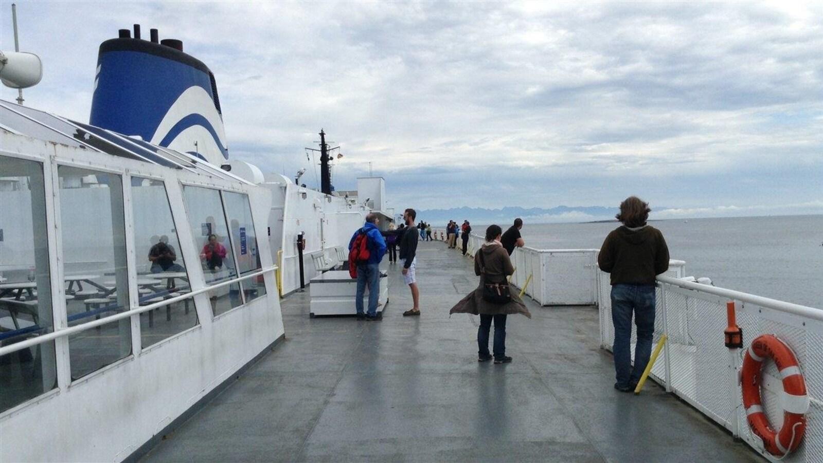 Des passagers sur le pont d'un traversier de BC Ferries