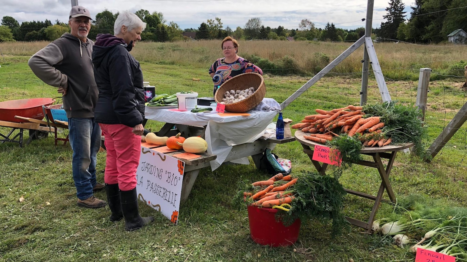 Des clients venus acheter des légumes biologiques au Jardin de la Passerelle.