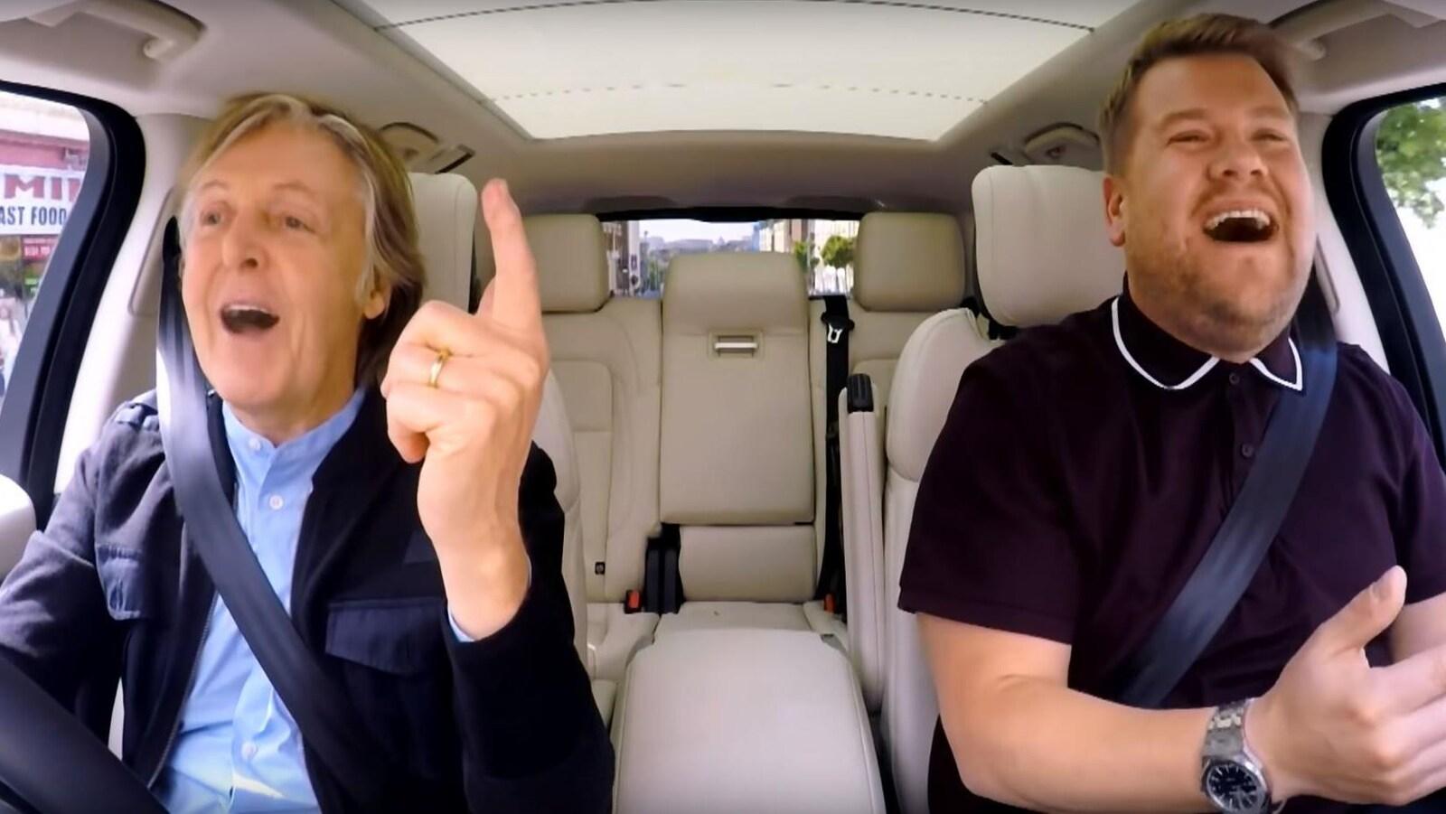 Paul McCartney et James Corden chantent ensemble dans une voiture, au Royaume-Uni, pour l'émission « The Late Late Show ».