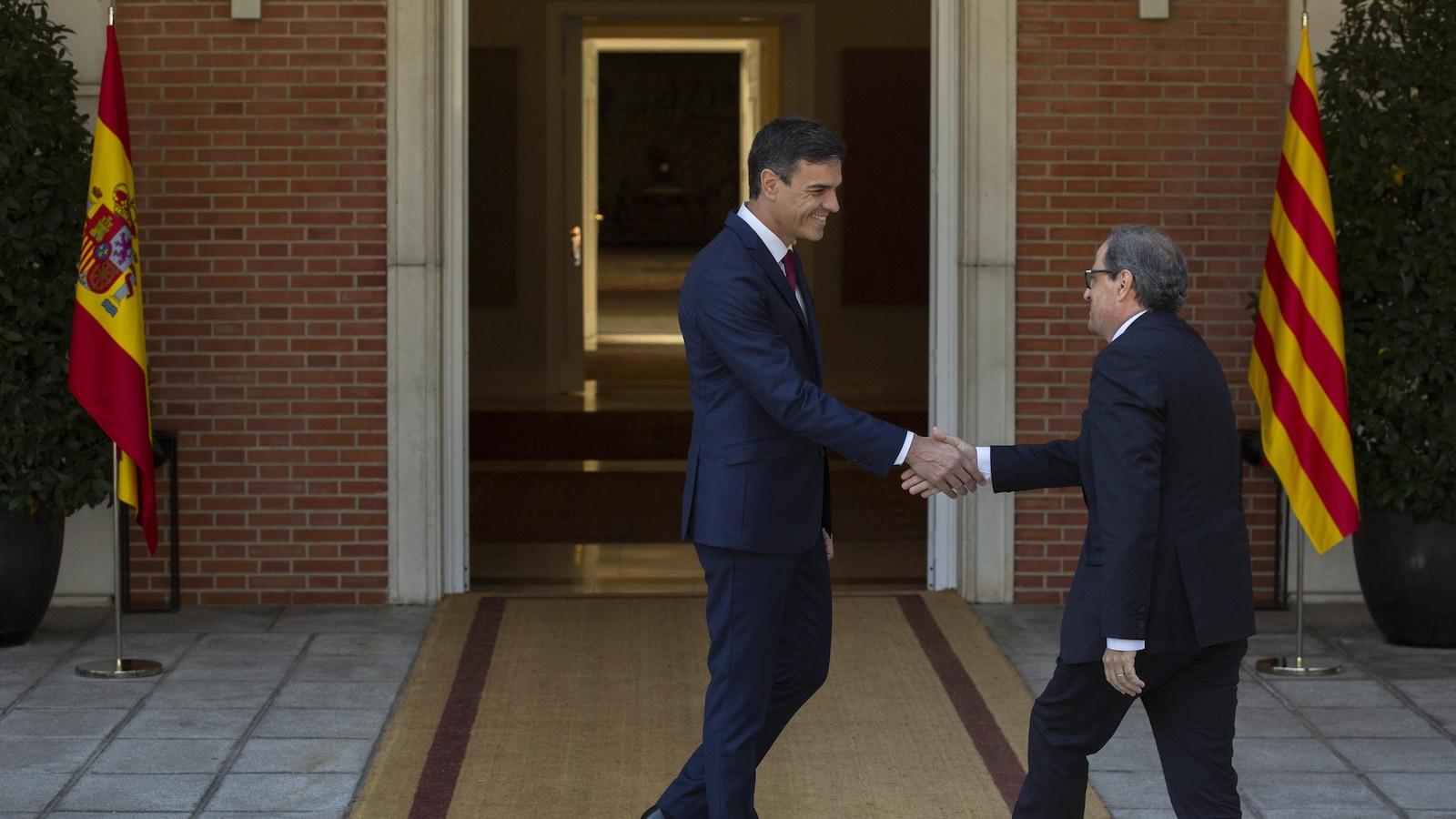 Le président du gouvernement espagnol Pedro Sanchez accueille le président catalan Quim Torra.