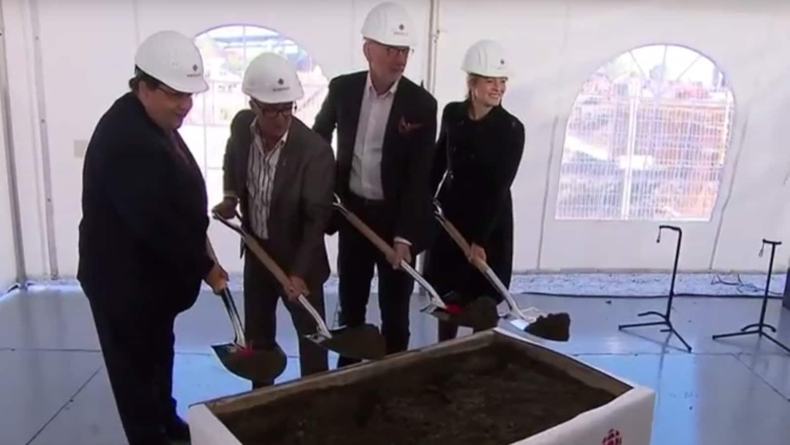 Le maire de Montréal Denis Coderre, le président de Broccolini Roger Plamondon, le PDG de Radio-Canada Hubert Lacroix et la ministre du Patrimoine Mélanie Joly effectuent une pelletée de terre symbolique.