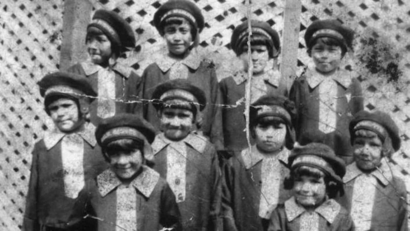 Vielle photo d'une dizaine d'enfants autochtones en uniforme de pensionnaires.