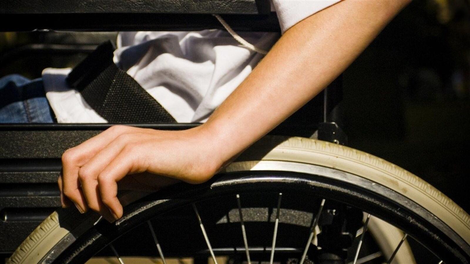 Une personne en fauteuil roulant
