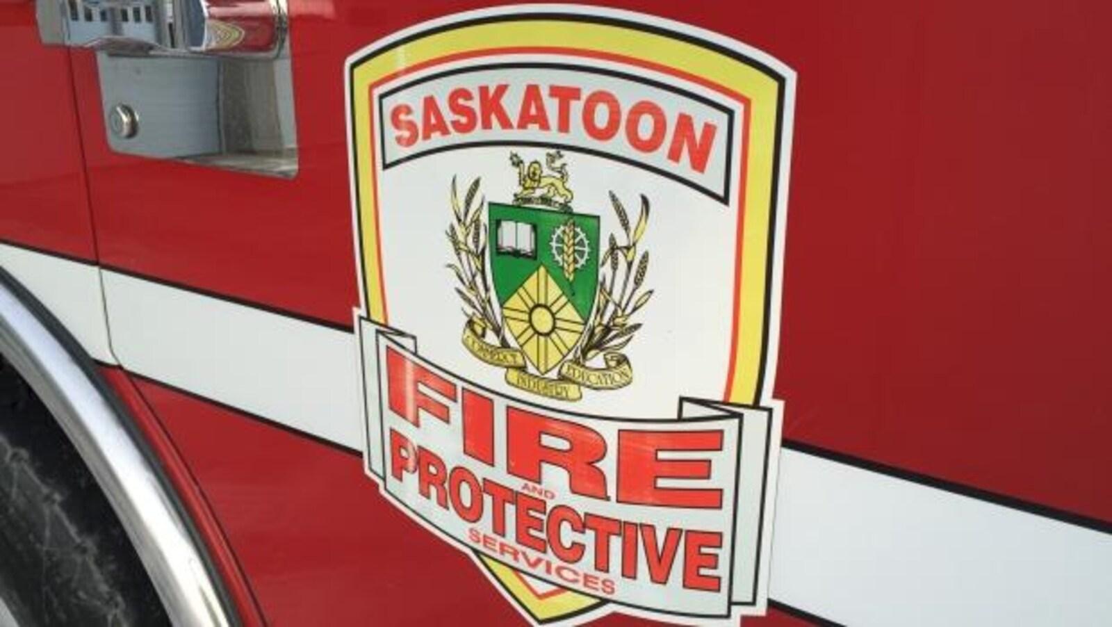 Détail du logo sur un camion de pompiers de Saskatoon.