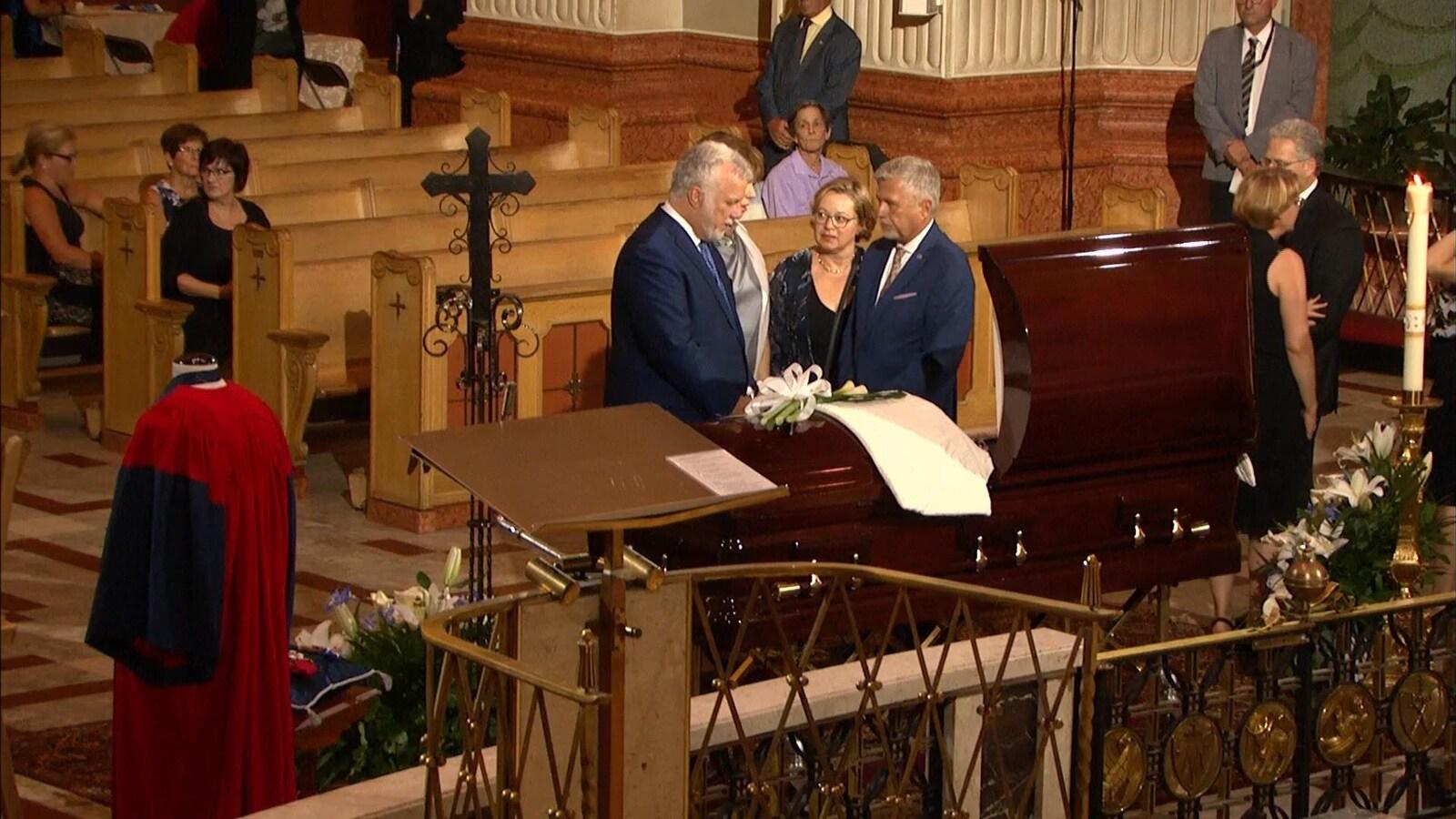 Le premier ministre Philippe Couillard rend hommage à Paul Gérin-Lajoie à la basilique-cathédrale Marie-Reine-du-Monde, à Montréal.