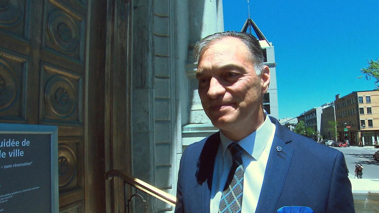 M. Pichet sur le parvis de l'hôtel de ville.
