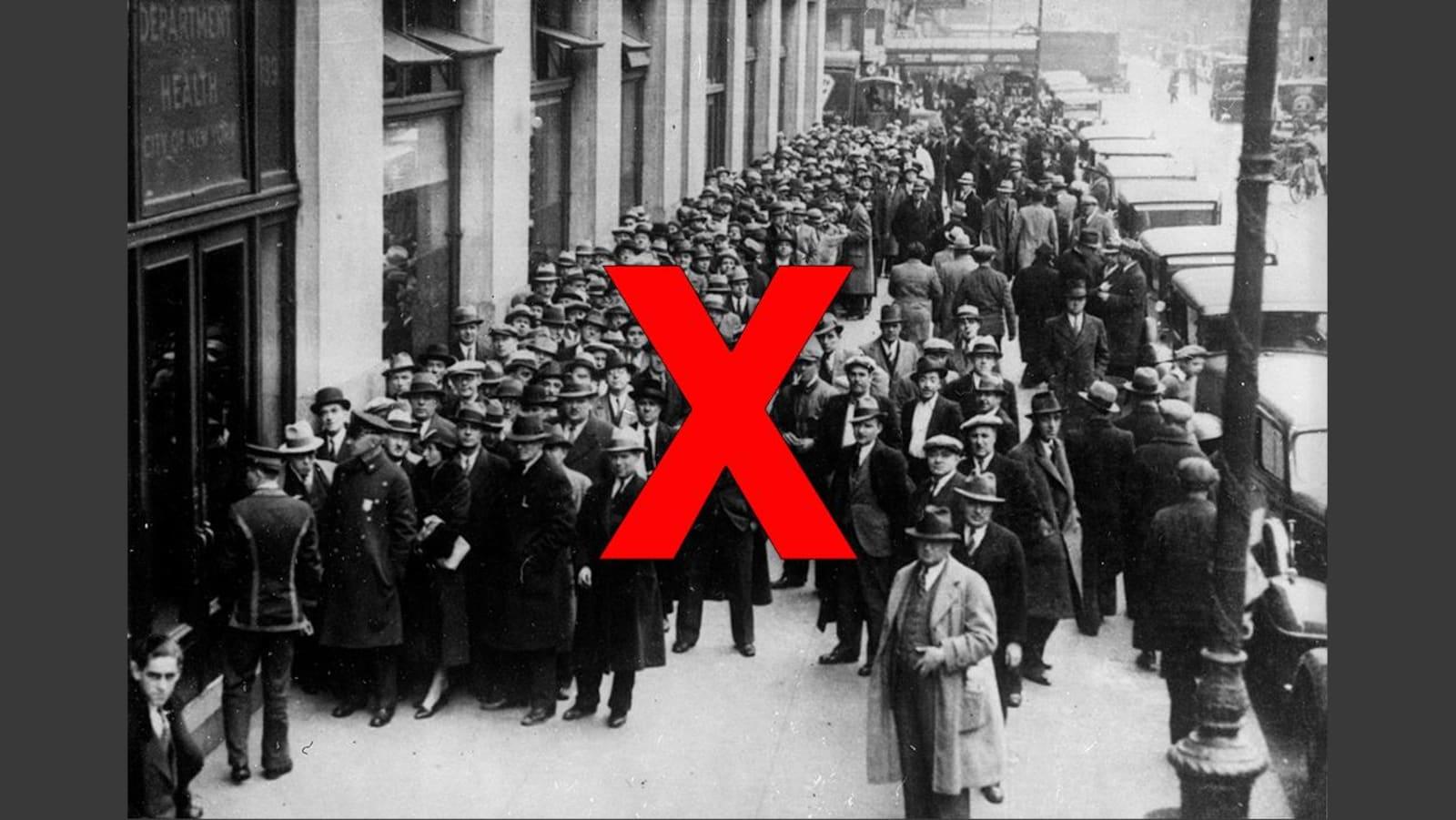 Des centaines de personnes attendent devant un édifice à New York.