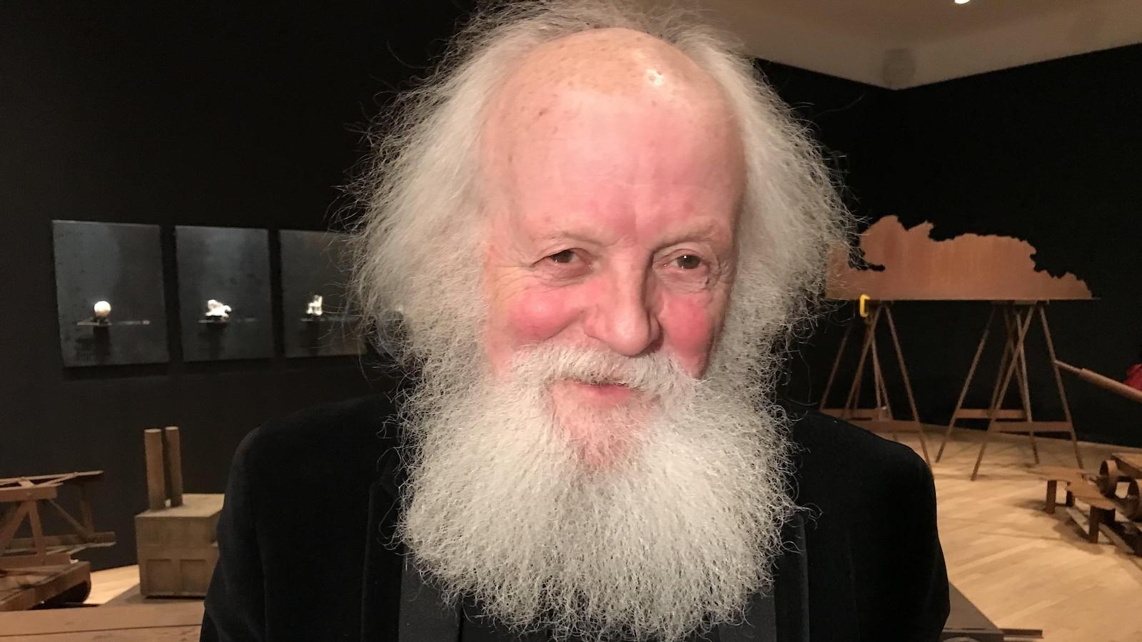 Pierre Leblanc, sourie à la caméra