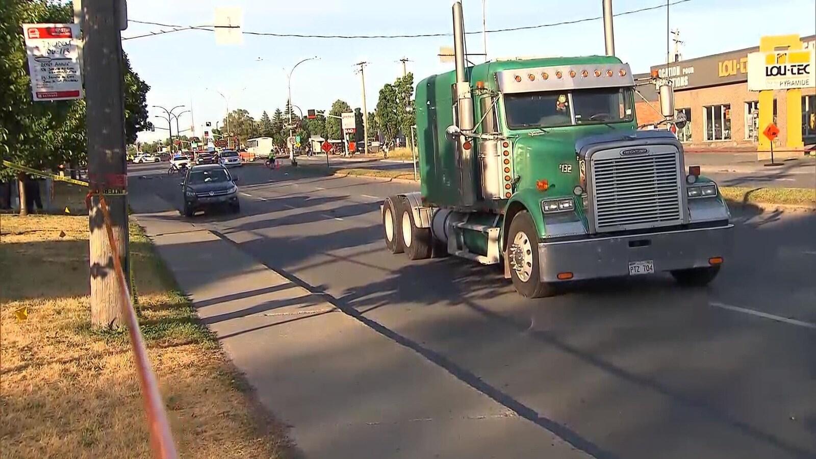 Un camion est arrêté au milieu de la chaussée après avoir happé un piéton le 17 juillet 2018