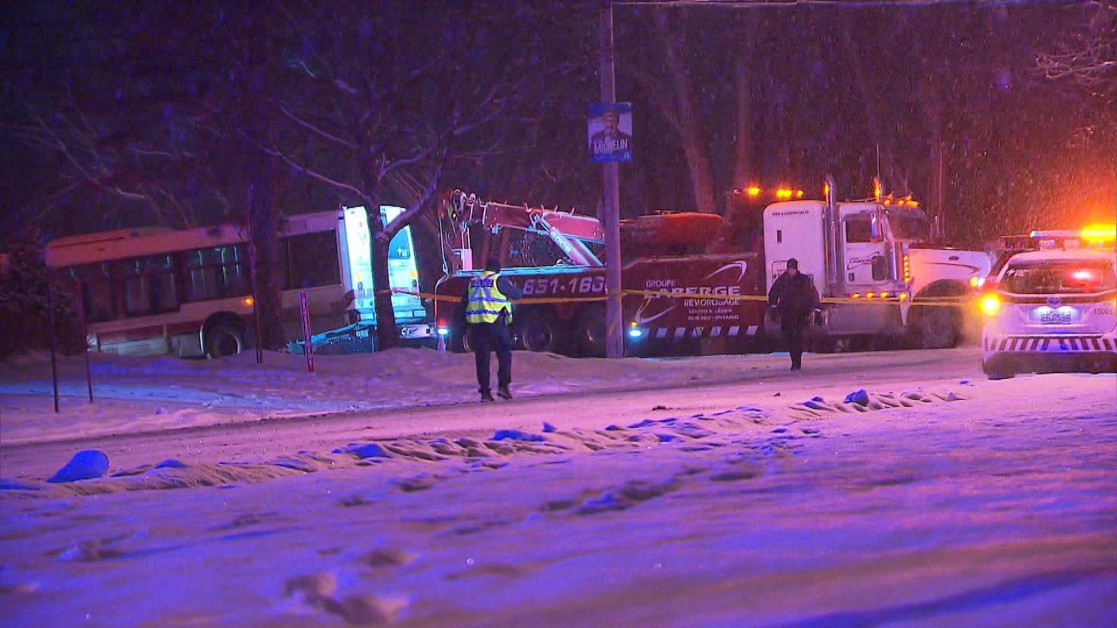 Vue d'ensemble montrant une voiture de police, un camion remorque et l'autobus du Réseau de transport de Longueuil.