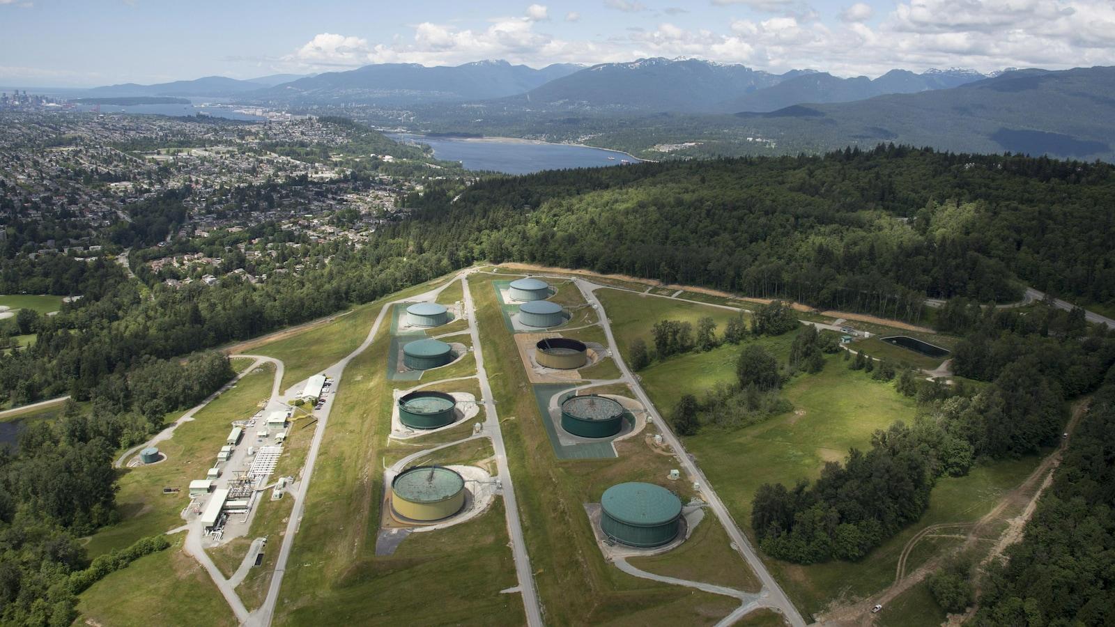 Vue aérienne d'un site où se trouvent plusieurs réservoirs.
