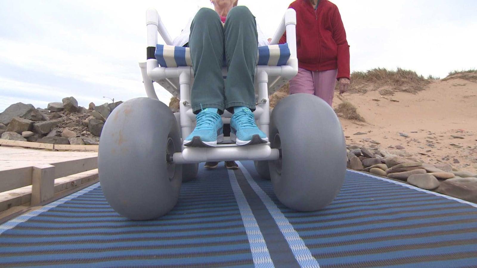 Roues Dun Fauteuil Roulant Adapte Pour Rouler Sur Le Sable Des Plages Les Personnes A Mobilite Reduite
