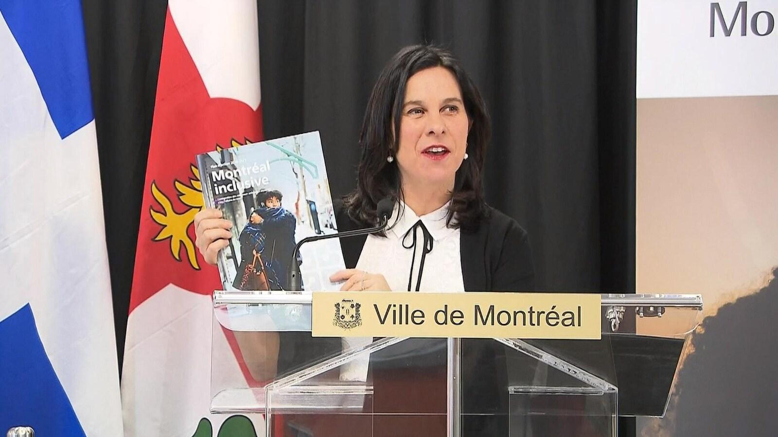 La mairesse présente le document aux journalistes.