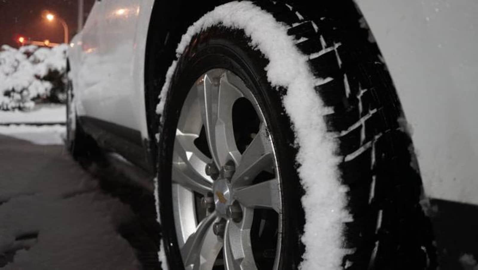 pneu sur une voiture avec neige dessus