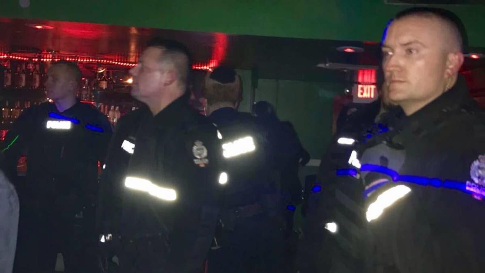 Une poignée de policiers à l'intérieur du Nyala Lounge, en soirée.