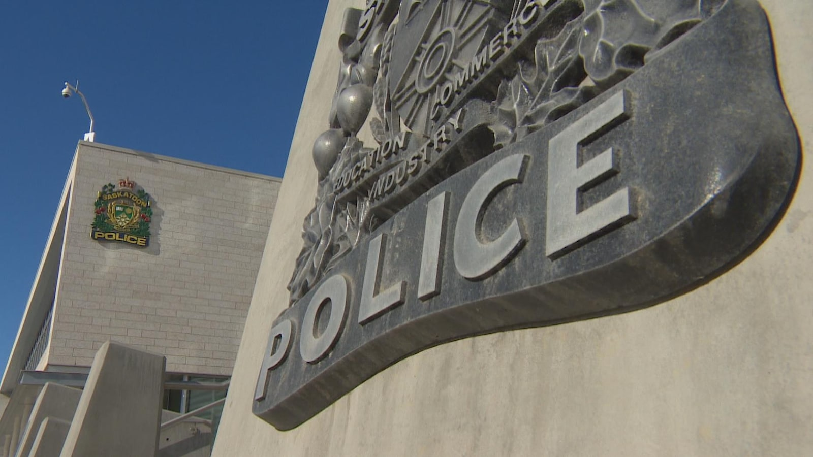 Logo de la police de Saskatoon sur un bâtiment.