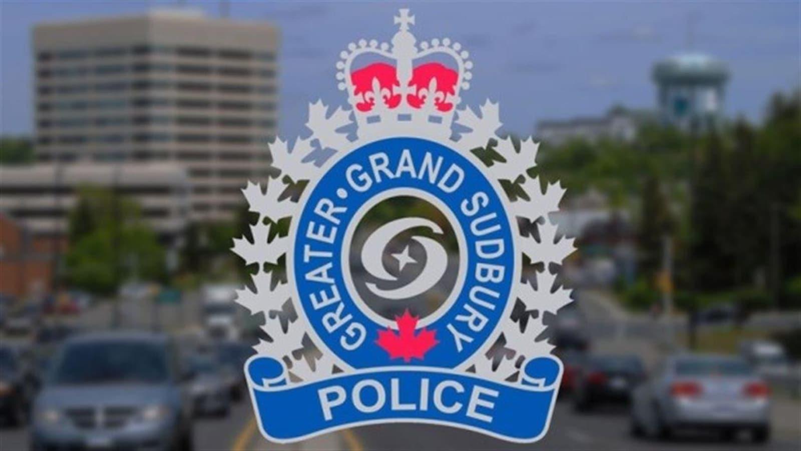 Logo de la police de Sudbury superposé à une photo de la rue Lorne.