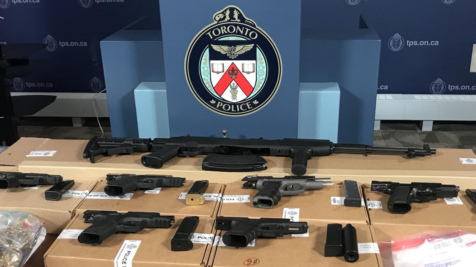 Des armes saisies par les policiers.