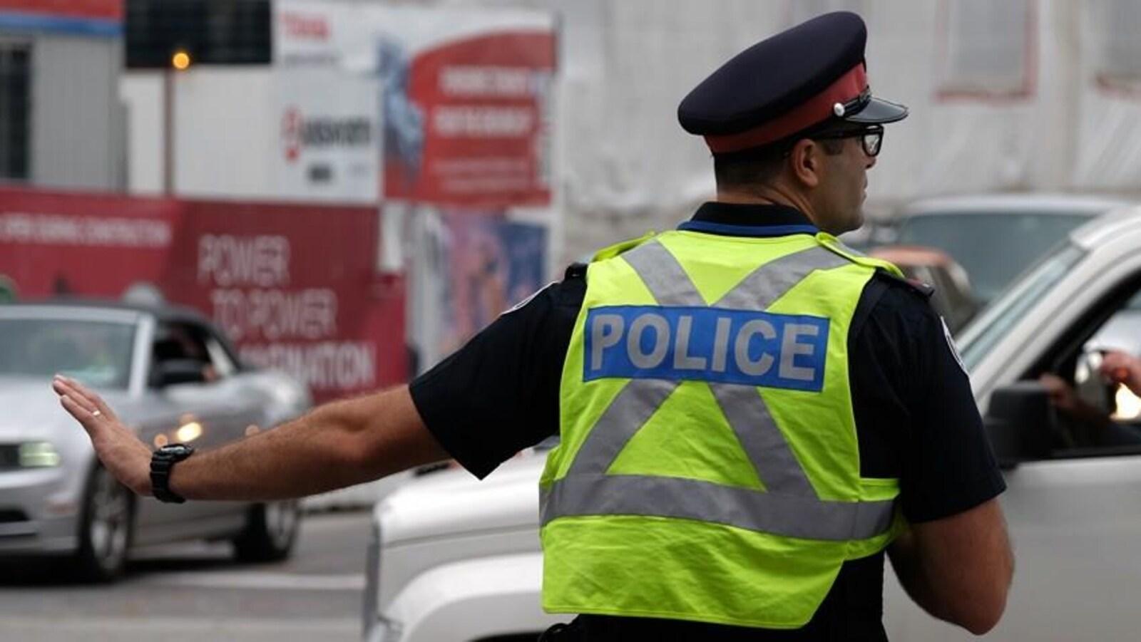 Un policier dans la rue dirige la circulation