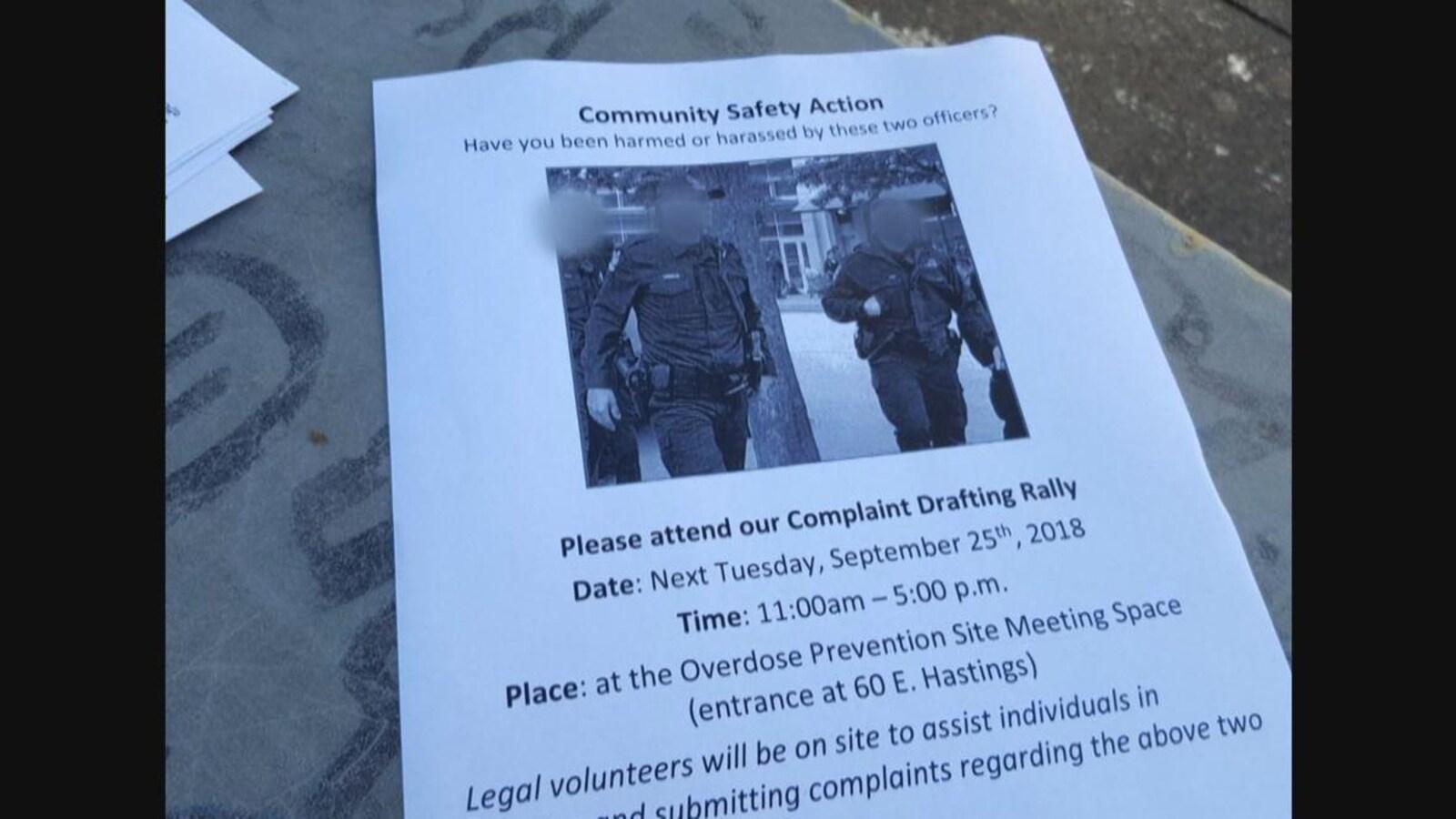 On voit une affiche imprimée avec la photo de deux policiers.