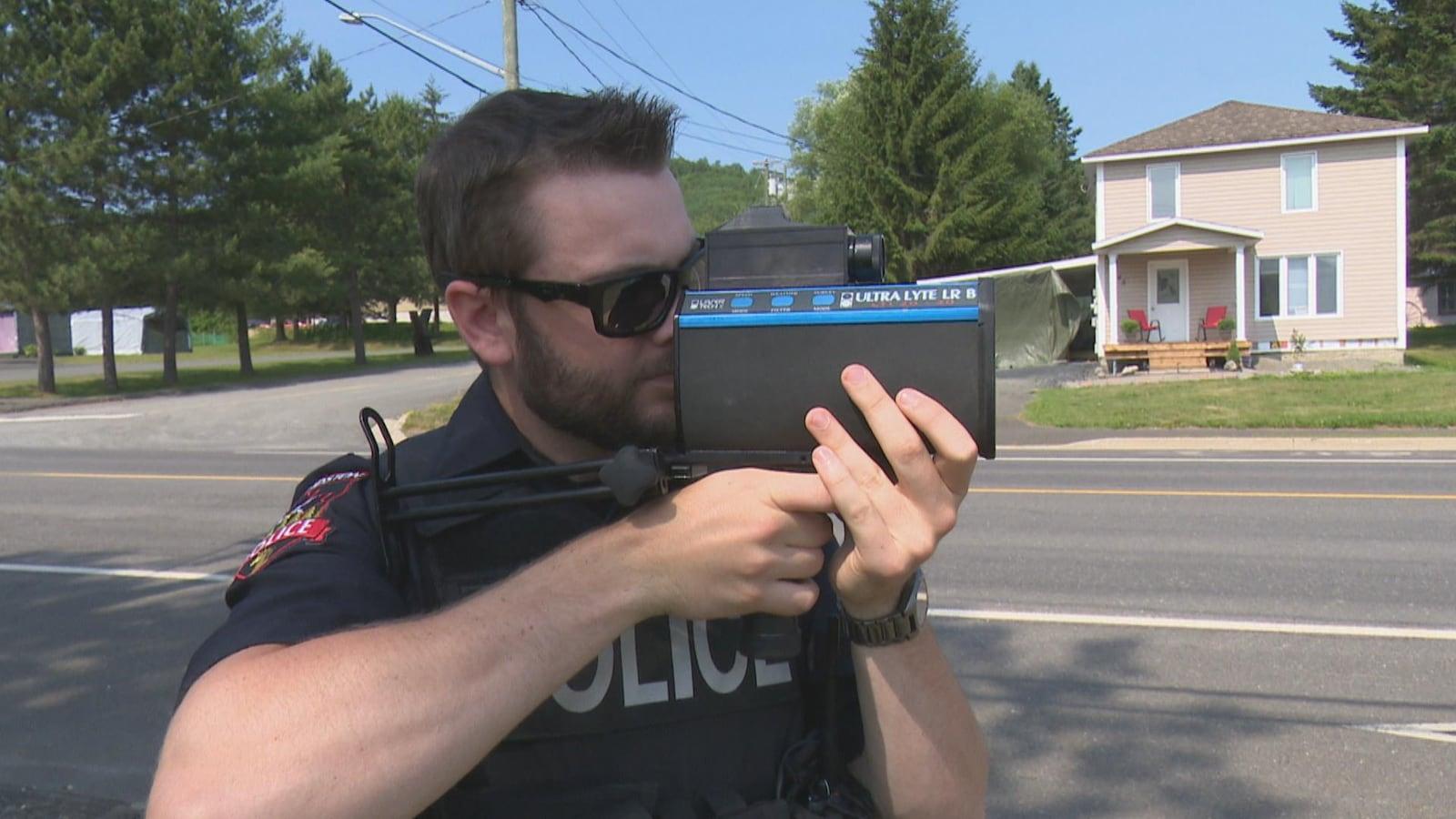 Un policier d'Edmundston surveille la vitesse des automobilistes.