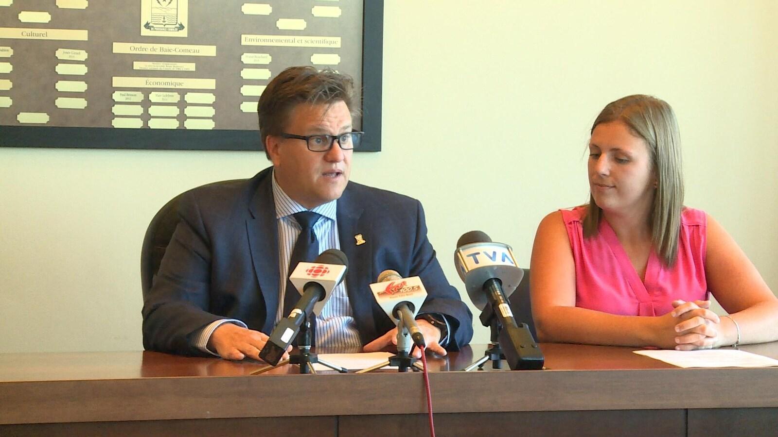 Yves Montigny en conférence de presse à l'hôtel de ville en compagnie d'Emmy Foster.