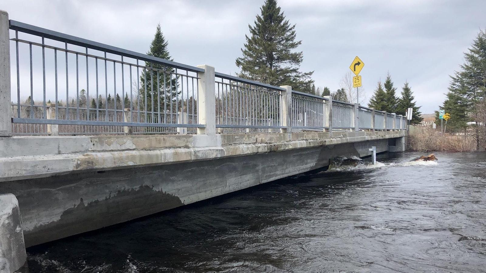 La rivière Mékinac passe quelques centimètres sous le pont du chemin de la Rivière, à Trois-Rives, à cause de la crue des eaux.