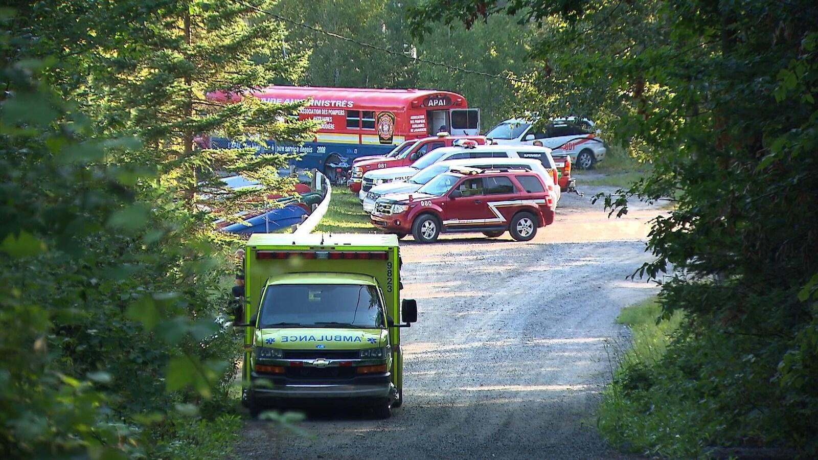 Plusieurs véhicules de secours près d'une plage privée du lac Pontbriand dans Lanaudière.