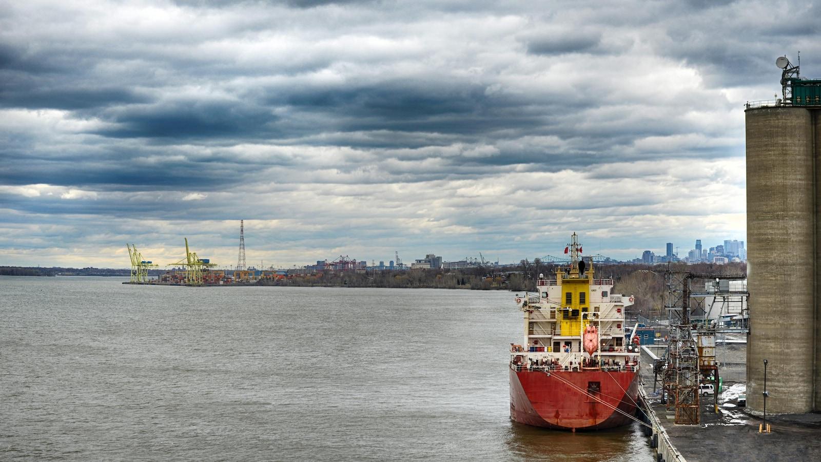 Un bateau accosté au port de Montréal.