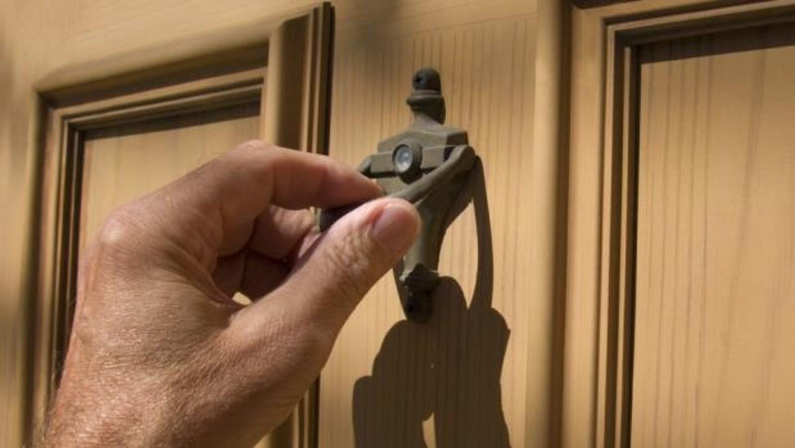 Une main qui frappe à une porte