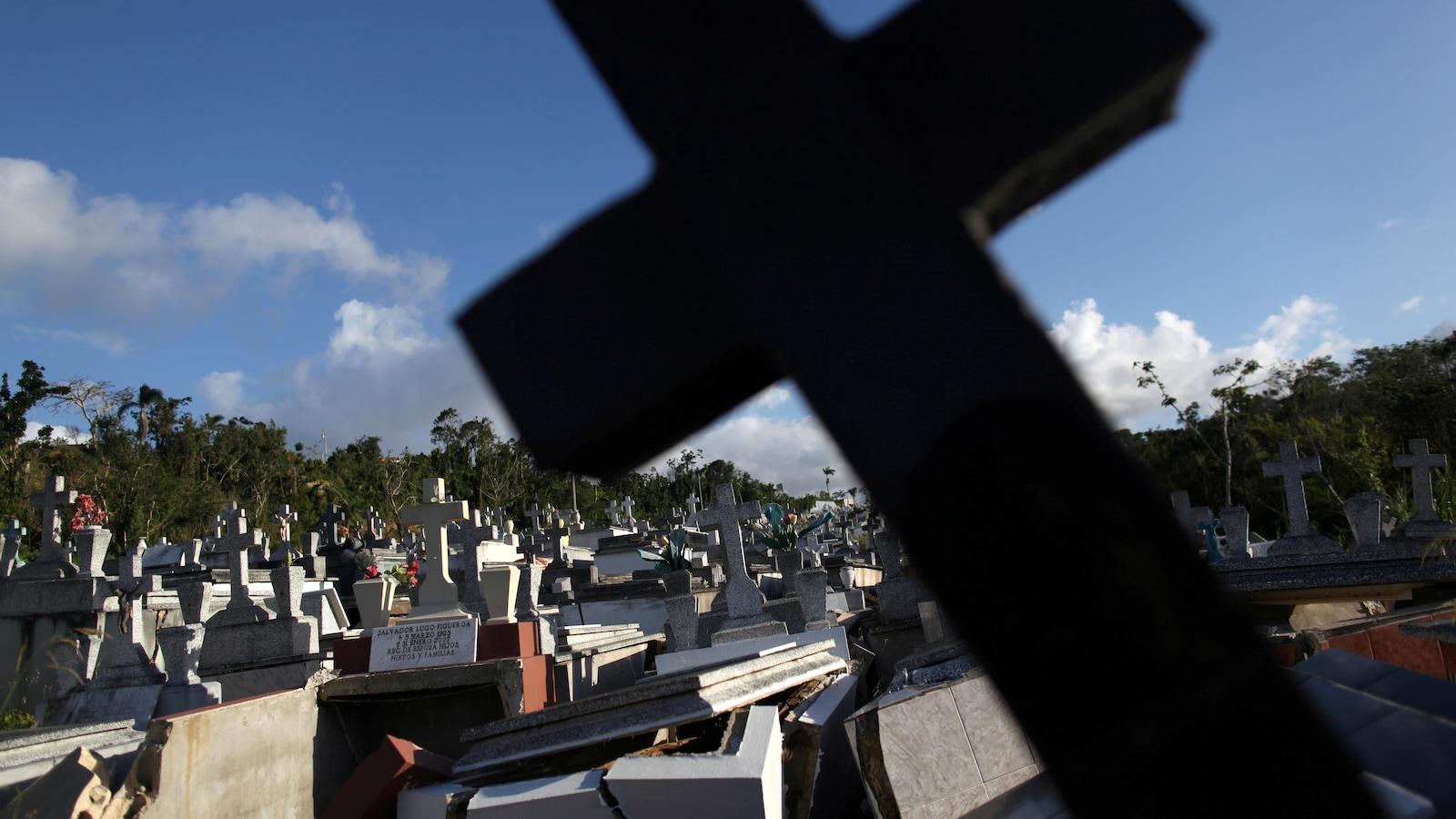 Des tombes détruites lors de l'ouragan Maria en septembre 2017 dans un cimetière de la municipalité de Lares à Porto Rico.