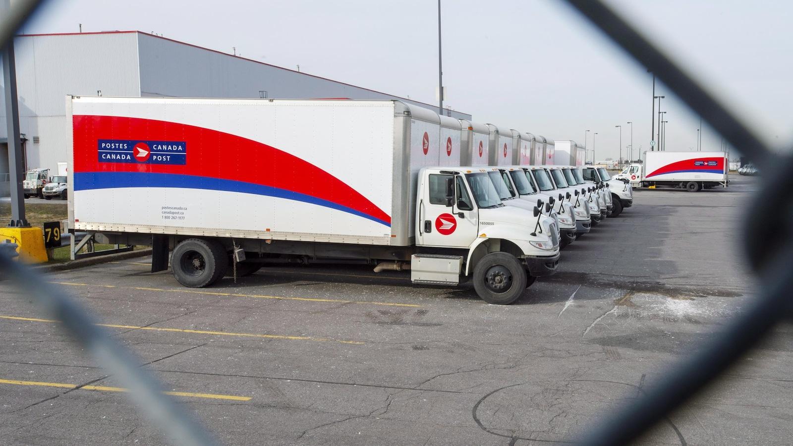 Des camions de Postes Canada.