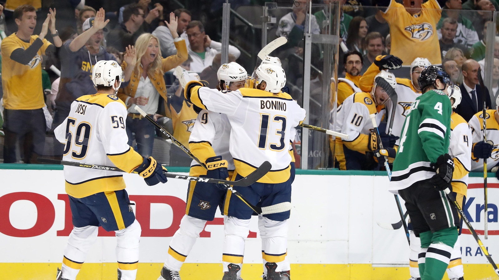 Les trois joueurs des Predators se sautent dans les bras.