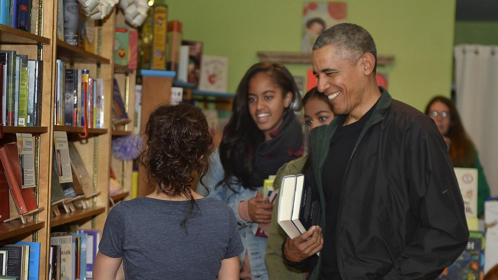 L'ancien président Barack Obama en compagnie de ses filles dans une librairie de Washington, en 2015.