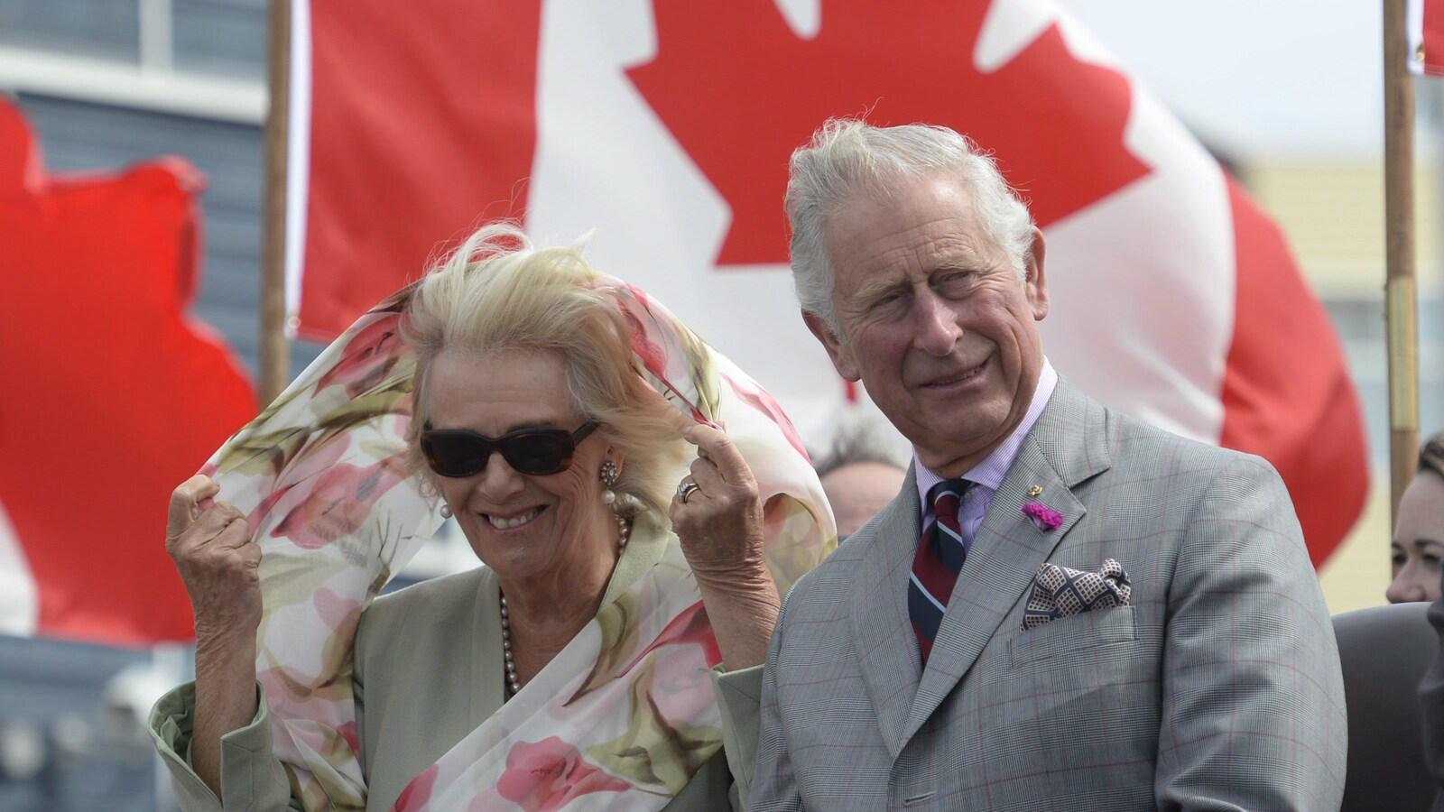 Le prince Charles et son épouse Camilla à leur arrivée à Iqaluit.
