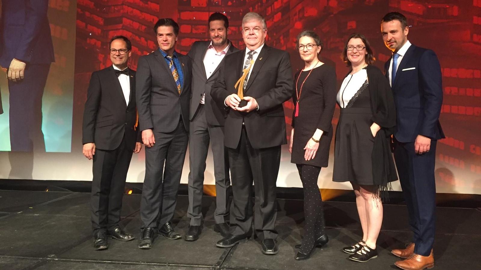 Le maire de Val-d'Or, Pierre Corbeil, entouré de son équipe, reçoit le mérite «Ovation» de l'UMQ.