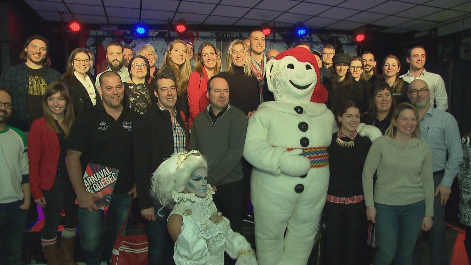 Bonhomme Carnaval pose pour les caméras en compagnie d'employés et de partenaires de la fête hivernale à l'issue d'une conférence de presse.