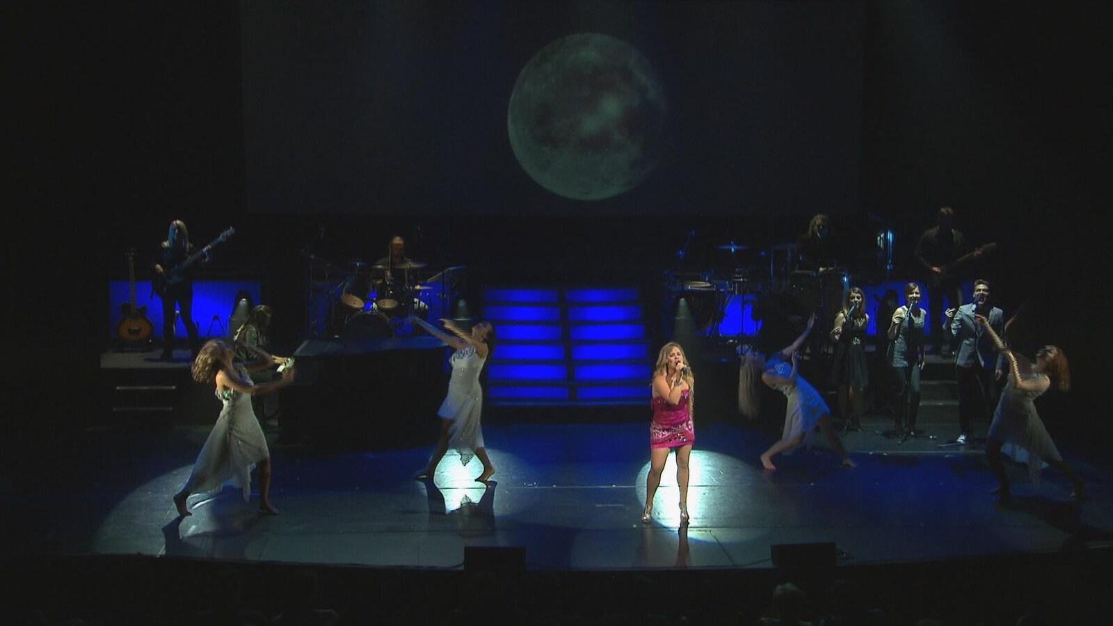 Une chanteuse lors du spectacle De Céline Dion à La Bolduc de Québec Issime