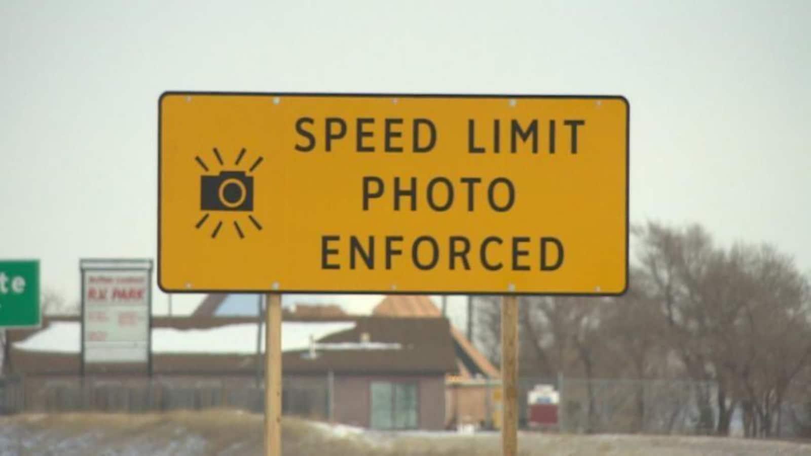 Une affiche sur la route annonçant un radar.
