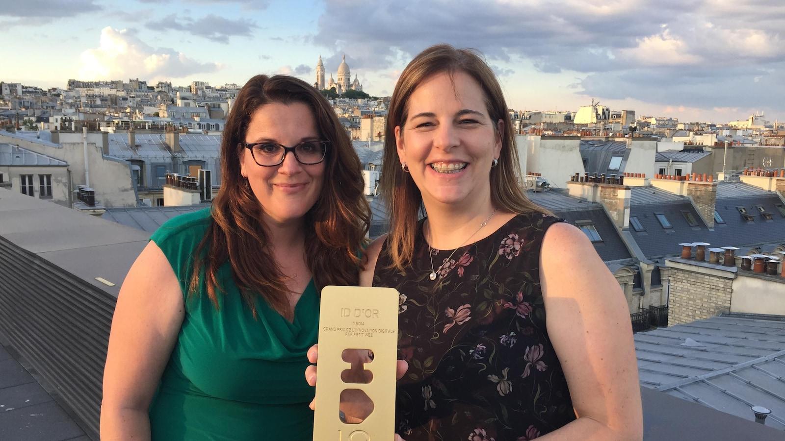 Les journalistes Marie Eve Lacas et Geneviève Proulx avec le prix ID OR 2018 entre les mains.