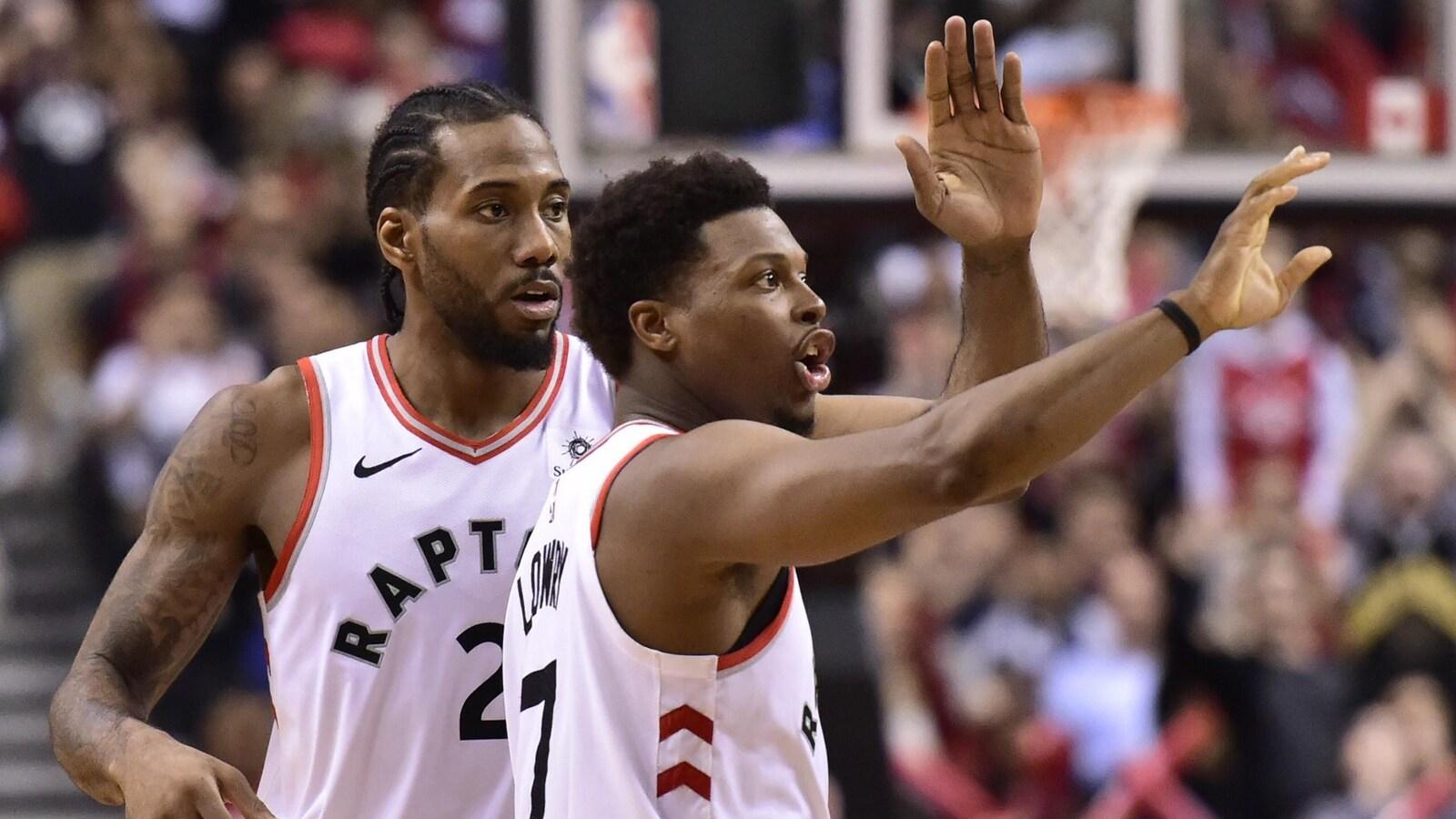 Deux joueurs de basketball sur le terrain