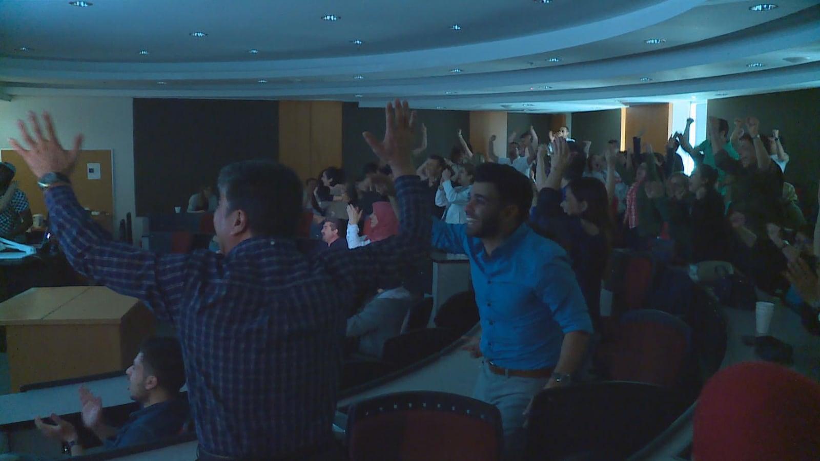 Quelques dizaines de partisans crient de joie lors du match opposant l'Iran au Maroc.