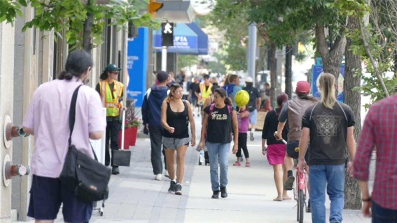 Image de gens marchant dans la rue d'une ville.