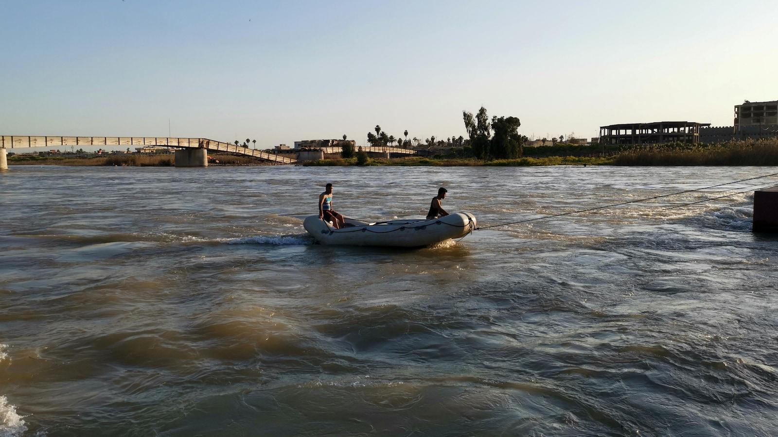Deux secouristes sur un bateau pneumatique sur le Tigre, à Mossoul.