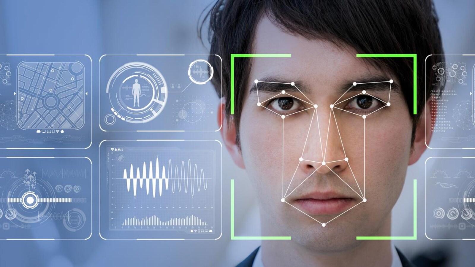 Le visage d'un homme est scanné par un ordinateur.
