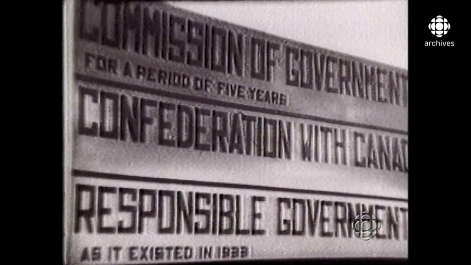 Panneau en anglais présentant trois options : Commission of government, Confederation with Canada, Responsible Government.